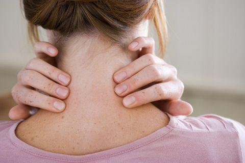 Los dolores sobre el cuello al niño